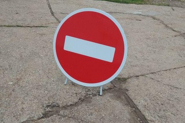 Грузовикам придётся объезжать перекрытие дороги.