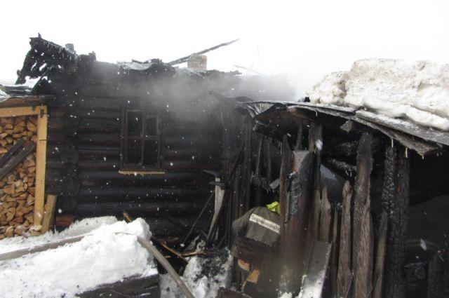Надворные постройки полностью уничтожены огнём.