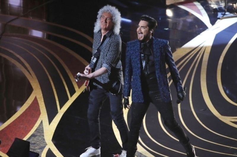 На сцене группа Queen и Адам Ламберт.