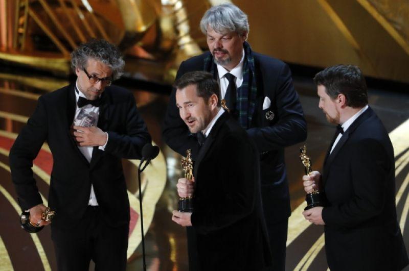 Премию за лучшие визуальные эффекты получили Пол Ламберт, Йен Хантер, Тристиан Майлз, Джей Ди Шволм — «Человек на Луне»