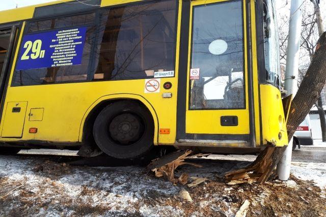 Пассажирский автобус врезался в дерево в центре Хабаровска.