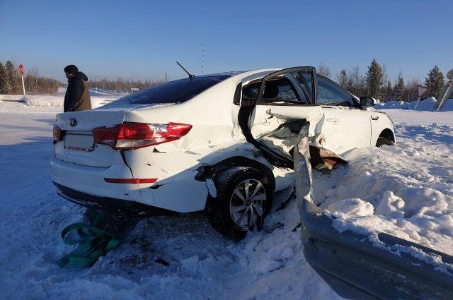В Пуровском районе водитель получил травмы, врезавшись в отбойник