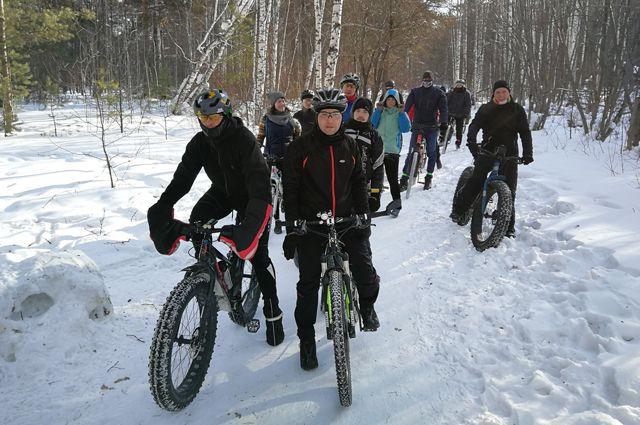 Велосипедисты радовались возможности прокатиться по снегу в хорошей компании, но многие из них зимой не катаются, потому что скользко.