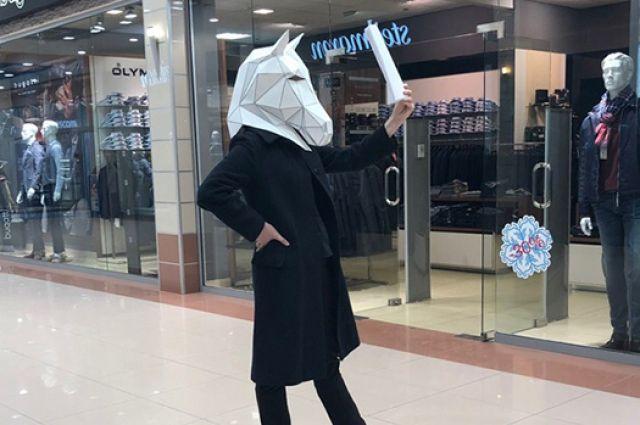 В одном из торговых центров Тюмени Конь читал пьесы для покупателей