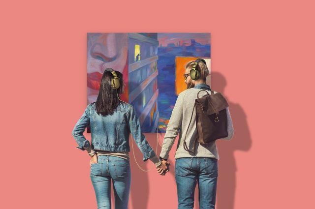 Картины можно смотреть, а также слушать в наушниках звуки города, музыку и стихи.