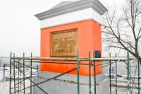 После скандала с реставрацией памятник одели в леса.