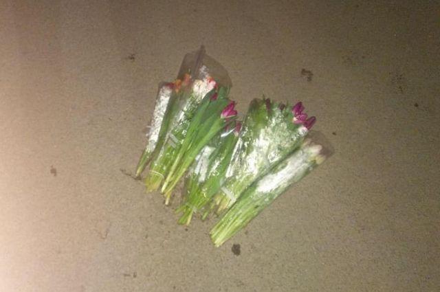«Ночная романтика»: в Одессе подросток украл целую охапку тюльпанов