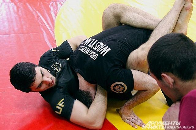 На мастер-классе в Калуге профессиональные спортсмены показали различные приёмы борьбы в смешанных единоборствах.