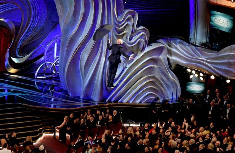 И красная дорожка, и сам зал были будто пропитаны атмосферой любви, романтики и полета. Вот, например, актер Киган Майкл Би не выдержал и полетел прямо на зонтике, решив именно так интересно появиться в зале.