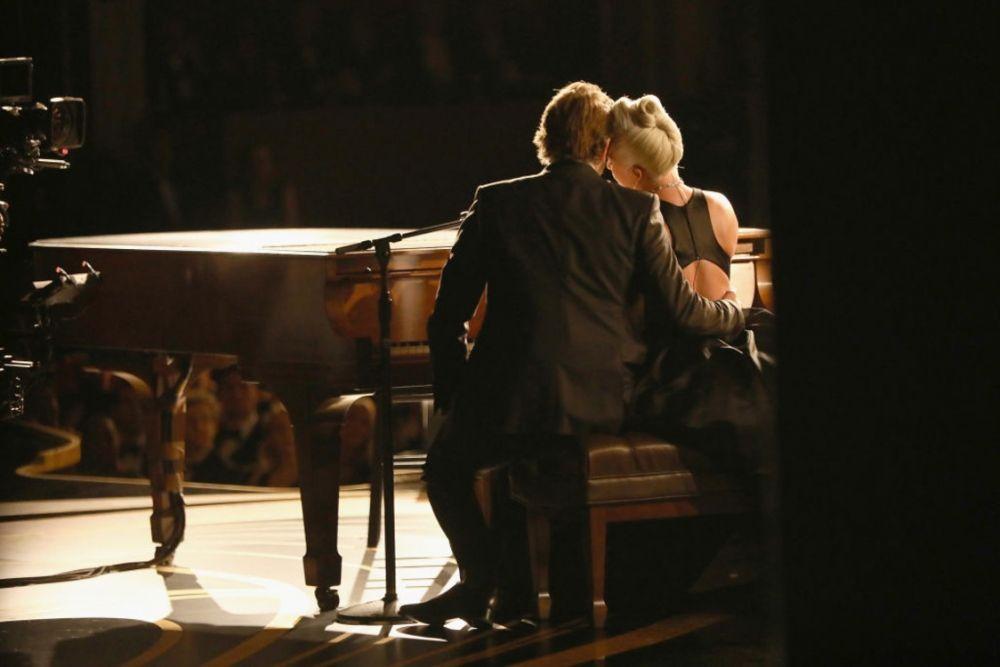 """А вот и тот самый момент, ради которого мы уделили внимание троице Куперов. Все дело в том, что он вместе с Леди Гагой исполняет песню Shallow для фильма """"Рожденные звездой"""". Проникновенное исполнение тронуло зал, но вот слухи о тайном романе знаменитостей лишь усилились. Потому что между артистами буквально проскочила искра!"""