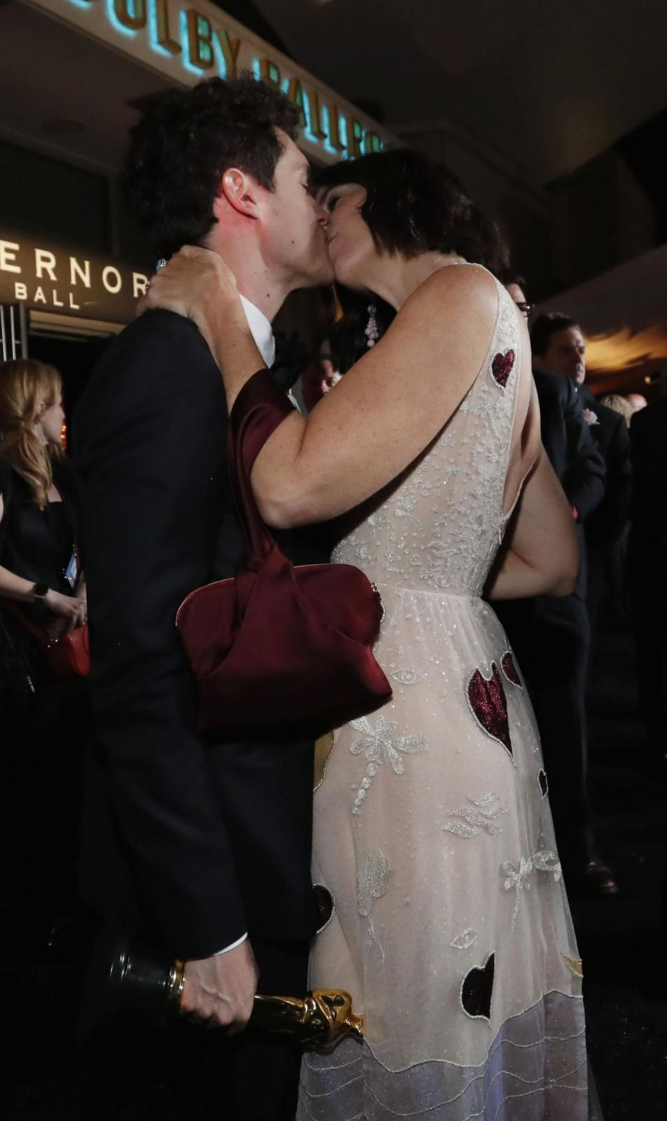 """Еще один поцелуй на """"Оскаре-2019"""". Романтика не угосает, не иначе как магия Святого Валентина в действии."""