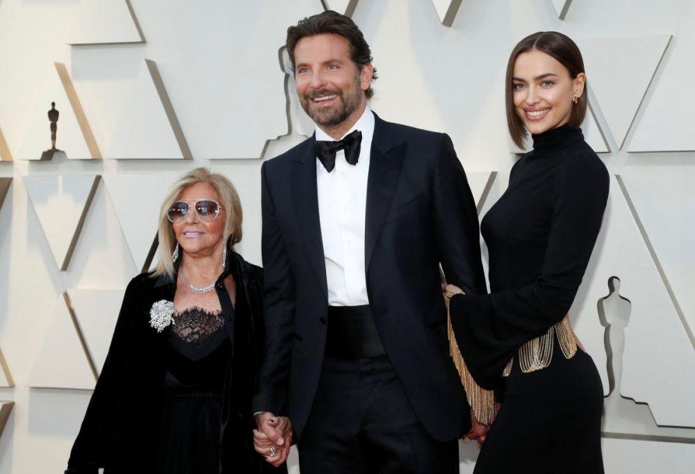 """На красной дорожке """"Оскара"""" было, как обычно, множество знаменитостей, но мы ведь показываем самые интересные моменты. Вот семья Бредли Купера - его партнерша Ирина Шейк и еще одна любимая женщина - мать Глория. Что тут интересного? Сейчас все увидите)"""