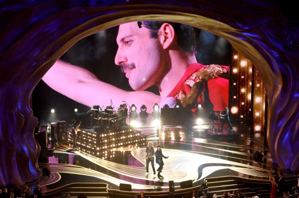 """Еще одним интересным событием стало выступление группы Queen с Адамом Ламбертом. Выступление было приурочено к фильму """"Богемная рапсодия"""", рассказывающая о Фредди Меркьюри и группе. К слову, фильм получил сразу несколько наград и это неудивительно, ведь картина стала одним из самых ожидаемых событий 2018 года."""