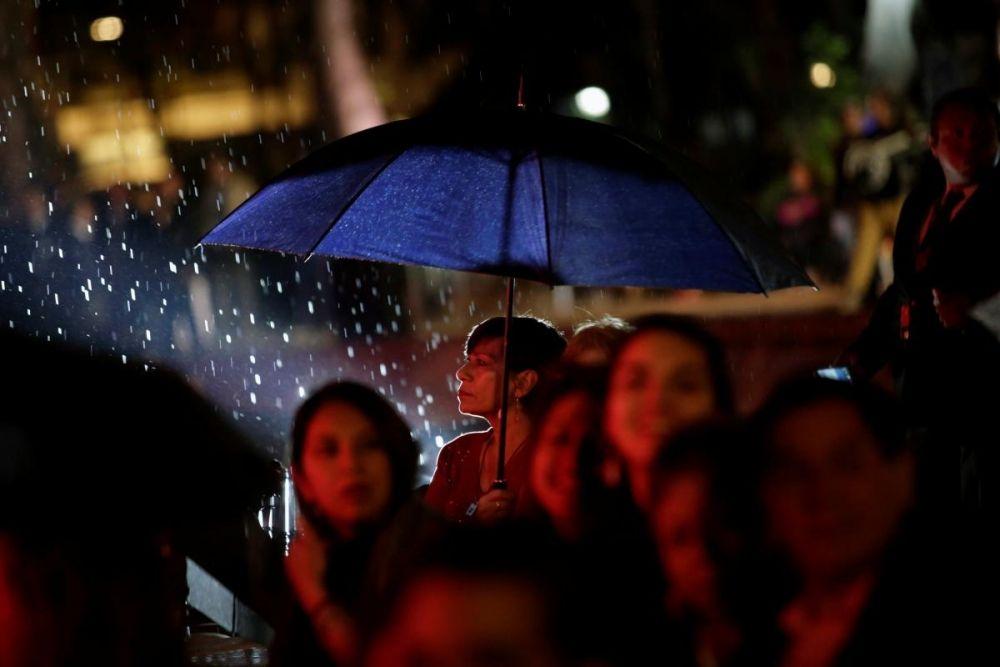 """Вечер 24 февраля в Калифорнии выдался дождливым, поэтому зрителям и гостям церемонии, которые покупали билеты на """"Оскар"""" пришлось стоять очередь под дождем. Но романтическое настроение утвердилось еще в очередях к проходу в театр и не покинуло ни артистов, ни зрителей."""