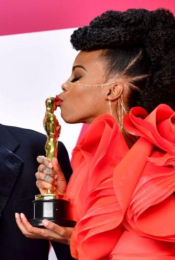 А это - Ханна Бичлер, известный в США дизайнер и художник по костюмам. Оскар-2019 стал для нее одним из главных жизненных событий, а для самой церемонии - историческим. Ханна получила приз