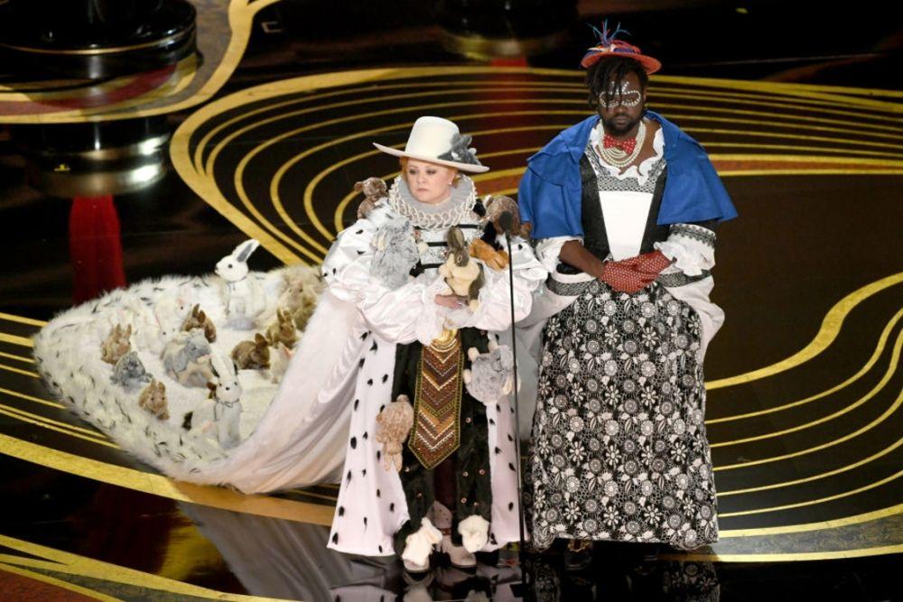 """Мелисса Маккарти - """"комическая женщина Голливуда"""", как ее называют многие режиссеры, умеет удивлять. На красной дорожке актриса представила достаточно скромный образ, будучи номинированной за """"лучшую женскую роль второго плана"""". Но вот ее выход на сцену для объявления номинации за лучший костюм запомнят надолго. Девушка вышла вместе с комиком Брайаном Тайри в наряде, который бы точно оценил Тим Бертон. Особенно зрителей поразили кролики."""