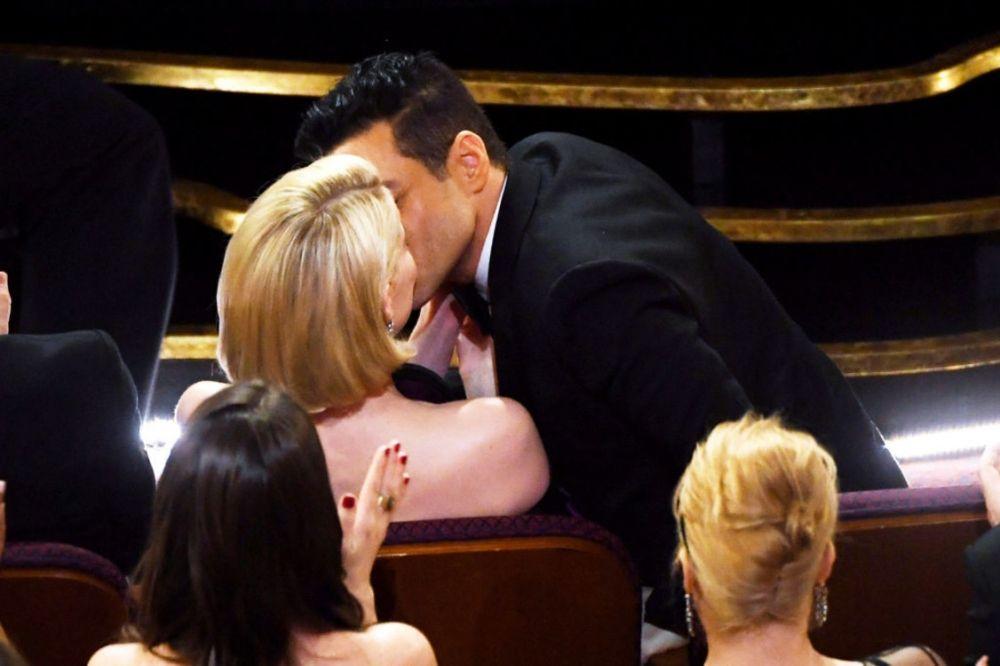 """Но перед тем, как упасть, Рами также не изменил традиции этого """"Оскара"""" и также поцеловал свою девушку и коллегу по фильму - Люси Бойнтон."""