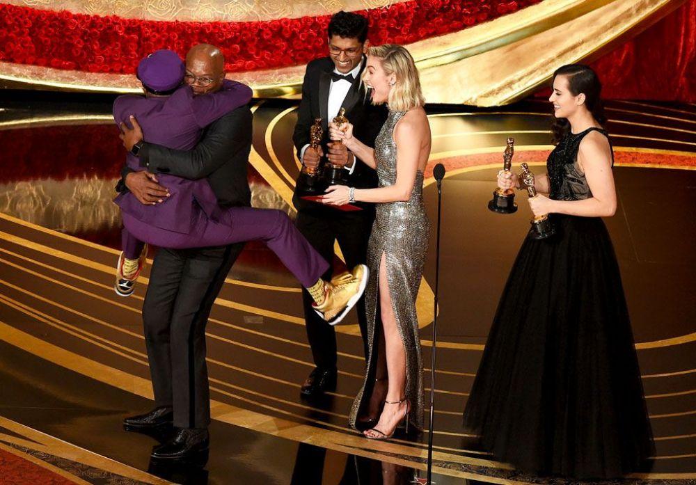 """А это - режиссер Спайк Ли, получивший в этом году награду за """"лучший адаптированный сценарий"""". Объявление победителей стало для него такой неожиданностью, что он от избытка чувств запрыгнул на руки к Сэмюэлю Джексону. Таким награждение Спайка и войдет в историю!"""