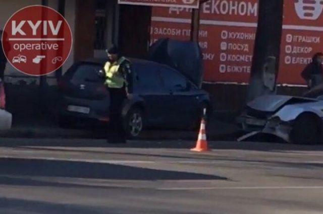 В селе Новые Петровцы Киевской области случилось тройное ДТП. В результате аварии авто полиции влетело в магазин.