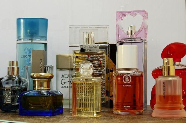 Аромат она бессовестно вынесла из магазина парфюмерии и косметики.