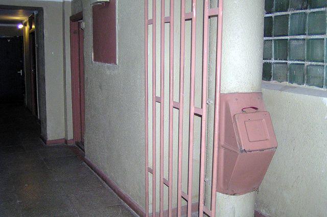 Чтобы не вдыхать неприятный запах, идущий из мусоропровода, жильцы заваривают люк и выносят мусор в контейнеры