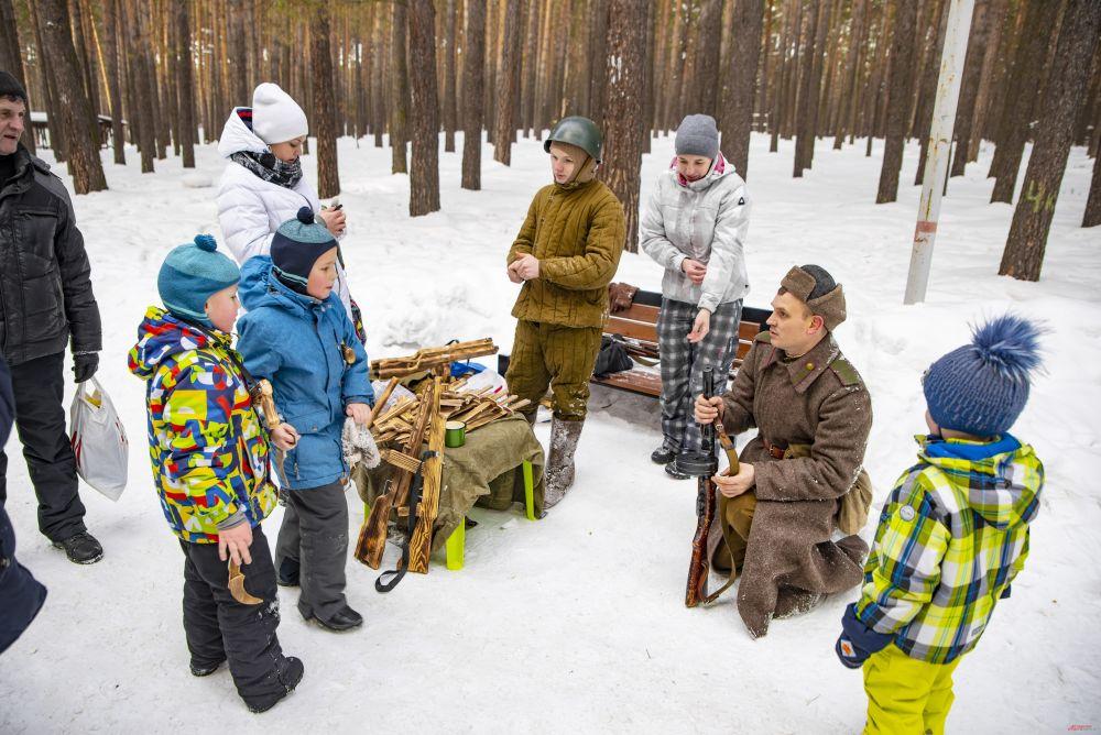 Пришло много семей с детьми, которые с огромным интересом и любопытством рассматривали обмундирование и вооружение реконструкторов.