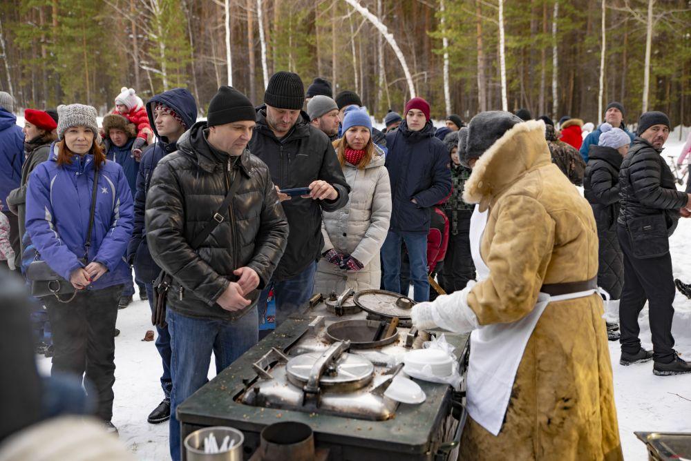 Все гости, которых, по подсчетам организаторов, было более тысячи человек, могли угоститься блюдами полевой кухни.