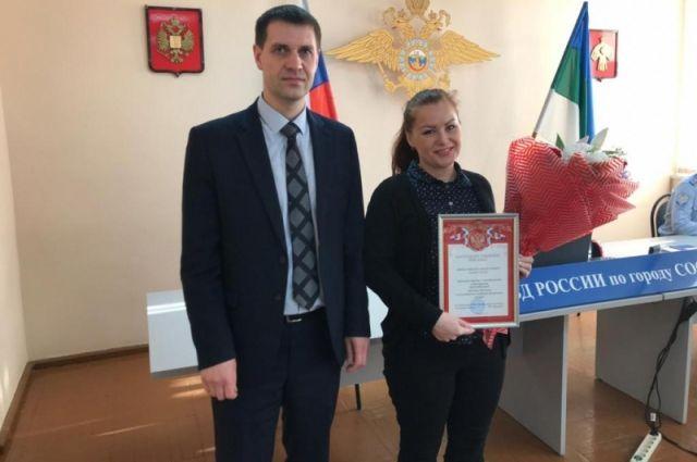 Начальник полиции Сосногорска Игорь Шляпугин вручил Кристине Шубниковой благодарственное письмо.