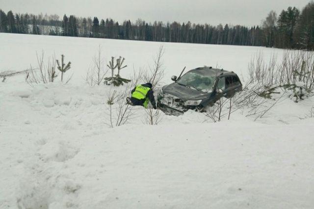 Машина улетела в кювет на несколько десятков метров.