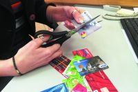Продавцы предлагают покупать товары в их магазинах за наличные со скидкой.