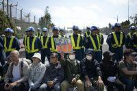 Протесты против базы США на Окинаве.