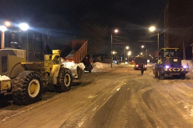В Оренбурге дороги и улицы убираются от снега в круглосуточном режиме.