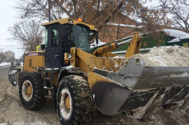 В Оренбурге организованы работы по вывозу снега, уборке снежных навесов, ликвидации сосулек и наледи.