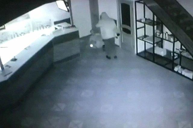 Налётчик с монтировкой избил работника автомойки и попал на камеры видеонаблюдения.