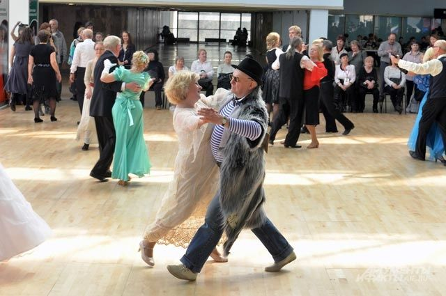 Танцы на форуме «Московское долголетие» на ВДНХ.