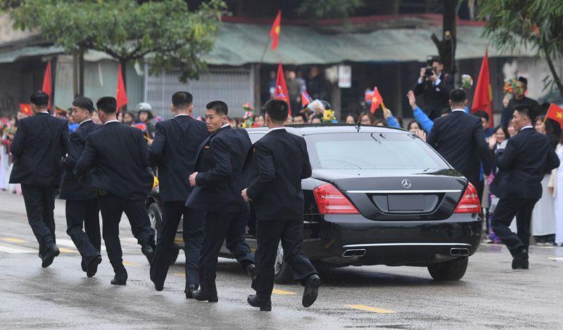 Телохранители у лимузина Ким Чен Ына.