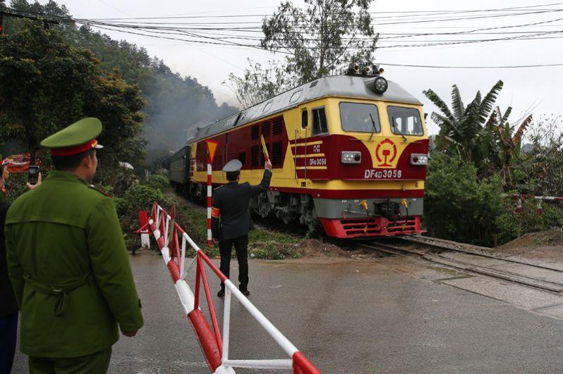 Спецпоезд лидера КНДР Ким Чен Ына прибывает на станцию Донг-Данг в провинции Лонг-Сон.