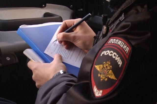 Полицейский за курение на детской площадке оштрафовал нарушителя.