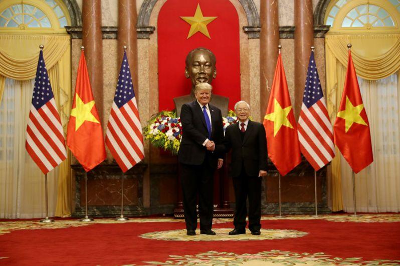 Дональд Трамп и его вьетнамский коллега Нгуен Фу Чонг в Президентском дворце в Ханое.