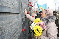 К мемориалу героям локальных войн каждый день несут живые цветы.