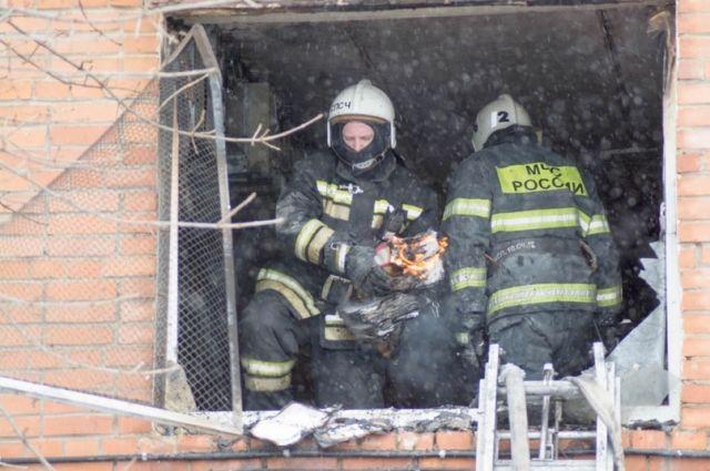 Саму женщину эвакуировали из квартиры пожарные.