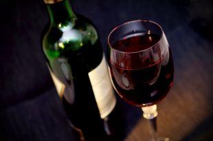 Красное вино - обязательный напиток для мини-бара.