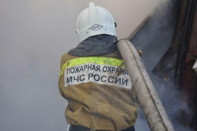 Тюменские пожарные тушили цех и гаражи на Воронинских горках
