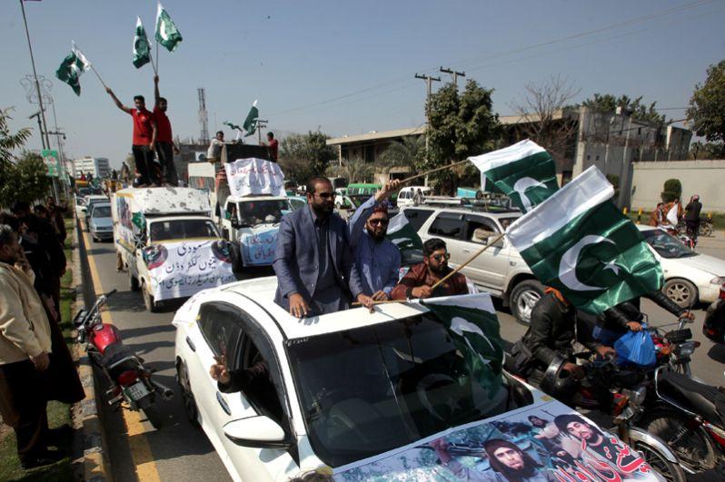 Акция в пакистанском Лахоре после того, как были сбиты два индийских военных самолета.