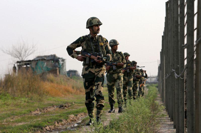 Индийские пограничники патрулируют границу с Пакистаном в секторе близ Джамму.