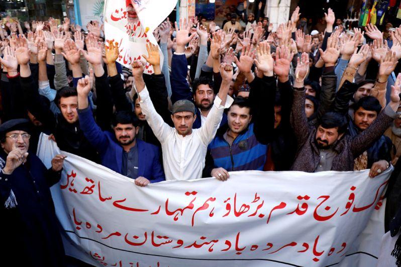 Жители Пешвара выкрикивают лозунги в поддержку армии Пакистана во время митинга после инцидента.