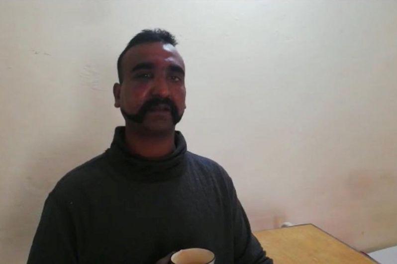 Индийский пилот Абхи Нандан, задержанный пакистанскими военными.