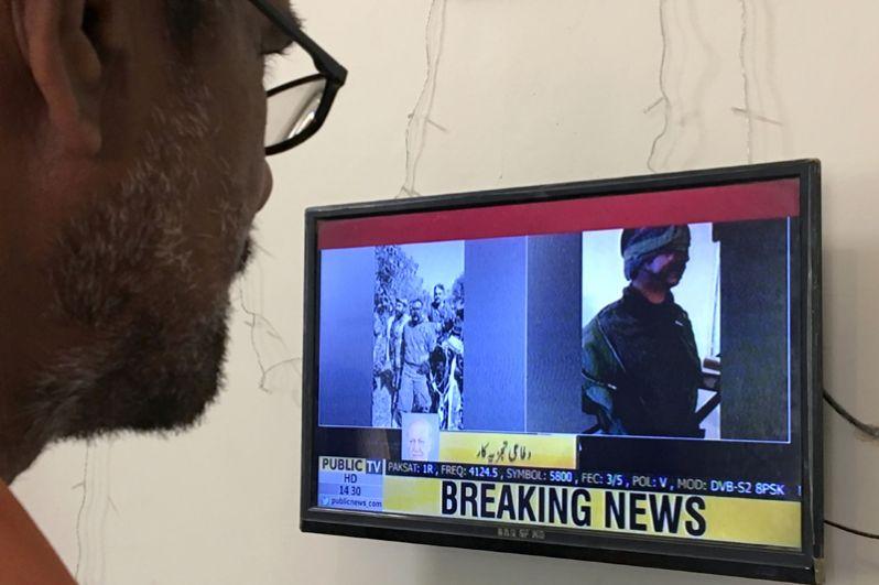 Сюжет на пакистанском телевидении об инциденте, сопровождающийся фотографиями задержанных индийских пилотов после того, как были сбиты два индийских самолета.