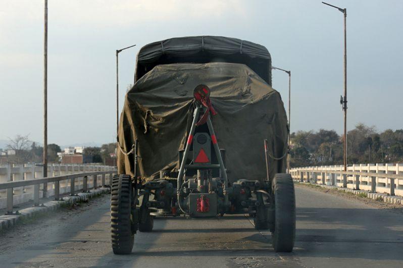 Индийский военный грузовик на шоссе недалеко от города Джамму в штате Джамму и Кашмир.