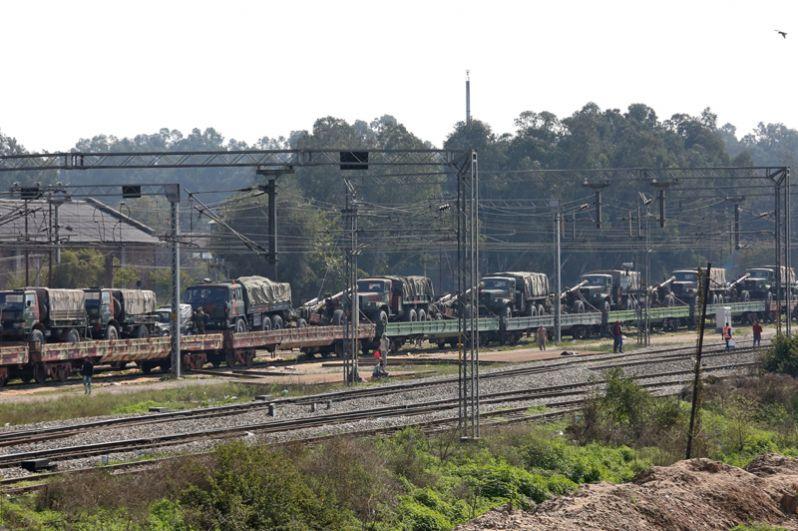 Поезд, загруженный индийскими армейскими грузовиками и артиллерией, на железнодорожной станции на окраине города Джамму.